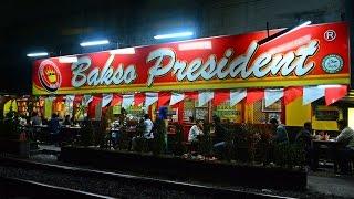getlinkyoutube.com-Railway Kereta Api : KA di Malam hari yang melintas di depan Bakso President