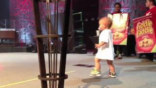 getlinkyoutube.com-Bébé monte sur scène et vole la vedette à son papa chanteur