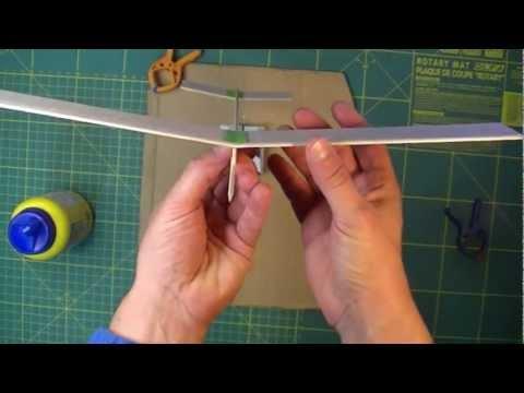 Cómo hacer un avión con madera de balsa utilizando cola como pegamento.