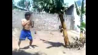 getlinkyoutube.com-Боец Муай Тай ломает дерево