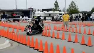 getlinkyoutube.com-Policial realiza manobras incríveis com moto gigante