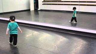 getlinkyoutube.com-2 Year Old Hitting Hip Hop Choreography
