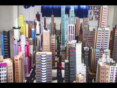 Maquetas de New York y otras edificaciones realizadas con material reciclable