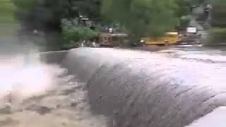 Locura o Tonteria!!!! Increible Buses repletos de pasajeros cruzando rio crecido en Telpaneca