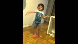 Nina e Dobato dançando na casa da vovó