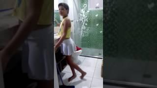 Menina lavando banheiro e dançando 😂😂😂❤❤❤❤