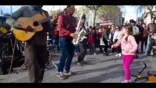 Niña bailando La cumbia cienaguera en Barcelona y la gente se vuelve eufórica