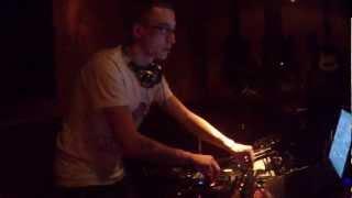 DJ Zebo mezclando en la Sandra de Ujo