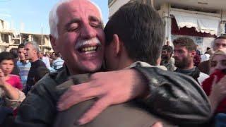 Llantos y gritos de alegría reciben a exrehenes del EI en Siria