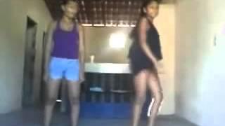 meninas dançam funk e (espírito) passa por traz dela