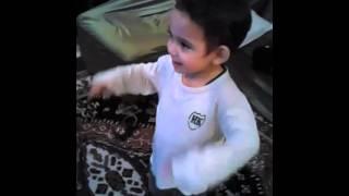 Criança de 2 anos dançando  funk