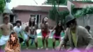 Algunos chicos de Patito Feo bailando y cantando 'Tema del verano, te clavo la sombrilla'