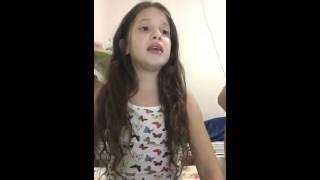 Menina sente a presença de Deus ao cantar o hino
