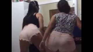 Mãe encina filha gostosa dançar funk