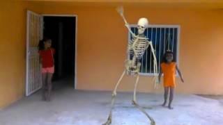 2 niñas bailando con un esqueleto viviente (2016) visiten mi cuenta dé facebook y sabrán sobre mis v