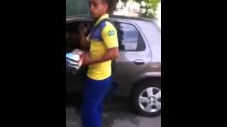 Suposto funcionário dos Correios entregando panfletos da Dilma