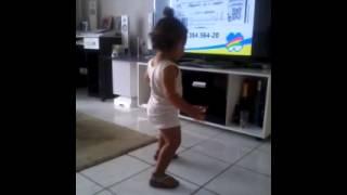 A bebê de 1 ano e 7 meses que dança como ninguém.