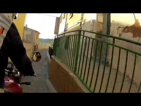Laberinto en las callejuelas de Jumilla, paseando en moto. Buscando el camino al castillo.