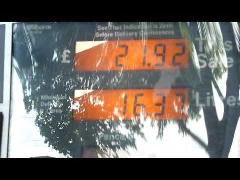 Precio de la gasolina en Londres. 35 dólares para llenar una moto.