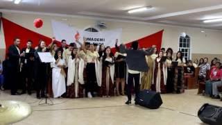 Jovens UMADEMI cantando Ele Vem (Sandra Pires)
