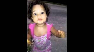 Criança de 2 anos dançando