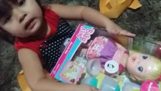 Maya abrindo sua baby Alive Hora do Chá