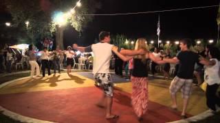 Греческий танец сиртаки на острове Корфу