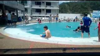 El gordo en la piscina