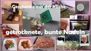 selbstgemachte, bunte Nudeln - Geschenke aus der Küche - getrocknete Nudeln