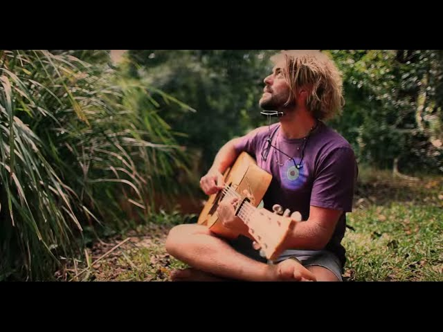 Videoclip oficial de la canción Follow The Sun de Xavier Rudd