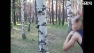 战斗民族!俄罗斯9岁女孩徒手打烂了树干……