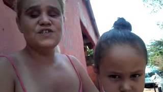 Mulher pedindo ajuda para ver o rosto de sua filha
