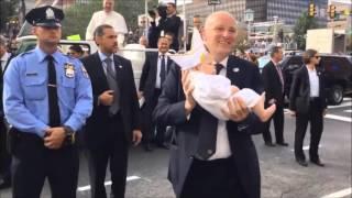 La reacción del Papa Francisco al ver un bebé vestido como él en Filadelfia EUA