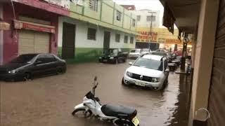 Chuva deixa comerciantes ilhados no centro de São Raimundo Nonato