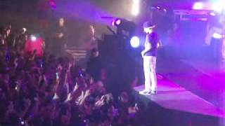 Justin Bieber stops a fight between his fans in the middle of the concert (Barcelona)