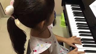 อะยูมิ  เล่นเพลง Stomp Dance (Piano Book A)  และ เพลง Hide And Seek (Piano Book B)