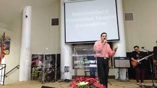 Hermano Andres predica con musica de fondo y canta con