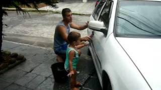 Fernandinho lavando o carro do Nando