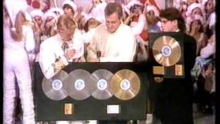 Xuxa recebendo prêmio pela vendagem de seus discos
