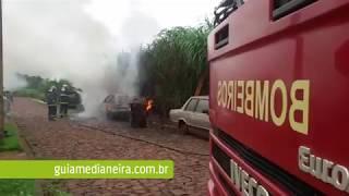 Medianeira: Bombeiros combatem incêndio em veículos no B. Parque Alvorada