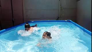 ignacia y josefa genelas locas  piscina
