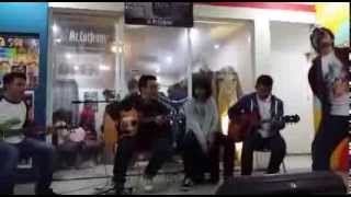 House - Don't Go Away (oasis cover) Live acoustic at Mr.CutJeans
