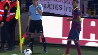 Daniel Alves eats banana during match vs Villareal