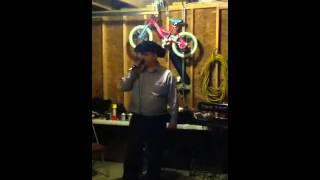 chema cantando con show Revelacion
