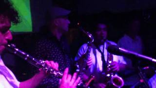 Ori Kaplan de Balkan Beat Box tocando Fiesta de Negritos