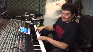 Efren david  tocando con samplers con su ipad, estrenando controlador