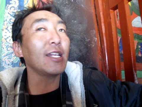 02 Prof. Juan Lázara filma deidades budistas en Gyantse.MPG
