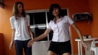 agatha e nina dançando