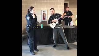 No Olvida Sus Raices!!! Mujer Policia Americana canta Los Laureles