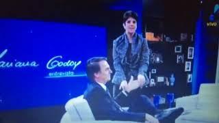Mariana Godoy flagra Bolsonaro com COLA na mão em entrevista